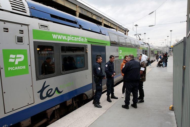 Sejumlah personel kepolisian Perancis berjaga di stasiun kereta api Gare du Nord, Paris.