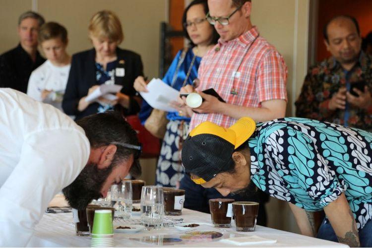 Publik Swedia dan Latvia disuguhi kopi jenis arabika dan robusta yang memiliki cita rasa khas dari Indonesia. Acara ini diselenggarakan oleh KBRI Stockholm pada kegiatan Promosi Kopi Spesialti Indonesia di Swedia dan Latvia pada tanggal 14 dan 17 Mei 2018. Dok KBRI Stockholm.