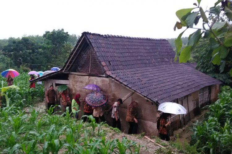 Rumah Supardi berdiri di tengah kebun jagung. Rumah tersebut terbuat dari kayu tanpa sentuhan semen atau batu bata sedikit pun.