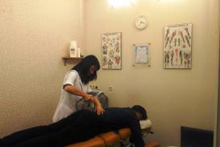 Contoh terapi chiropractic yang menggunakan instrumen di Citylife Chiropractic, Kelapa Gading, Jakarta Utara.