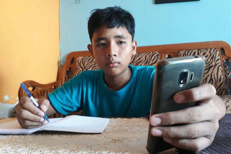 Seorang siswa belajar di rumah melalui aplikasi media sosial pada masa tanggap darurat di Gorontalo. Sebagian siswa lain terkendala tidak memiliki telepon seluler dan tidak ada akses internet.