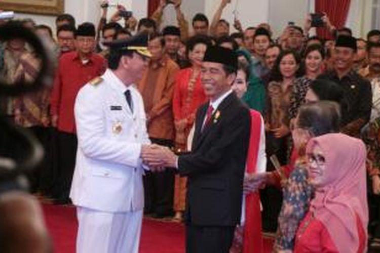 Presiden Joko Widodo memberi selamat kepada Basuki Tjahaja Purnama yang baru saja dilantik sebagai Gubernur DKI Jakarta di Istana Negara, Rabu (19/11/2014).