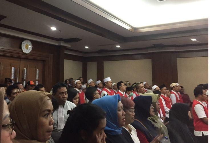 Para terdakwa kerusuhan 21-22 Mei nyanyikan lagu Indonesia Raya di Pengadilan Negeri jakarta Pusat, Selasa (3/9/2019).