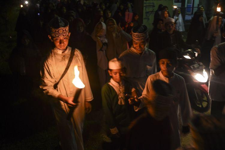 Sejumlah anak mengikuti pawai obor jelang Ramadhan 1440 H  di kawasan Bojong Gede, Bogor, Jawa Barat, Sabtu (4/5/2019). Pemerintah melalui Kementerian Agama akan menggelar sidang Isbat penetapan 1 Ramadhan 1440 H / 1 Ramadhan 2019 atau awal Puasa Ramadhan pada Minggu (5/5/2019) mulai pukul 17.00 sampai 19.00 WIB.  ANTARA FOTO/Muhammad Adimaja/foc.