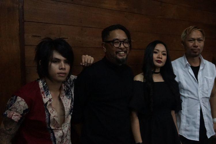 (dari kiri) Axel Andaviar, Ronny Febry Nugroho, Jackline Rossy, dan Edwin Marshal, para personel Cokelat, saat jumpa pers singel terbaru Peralihan Hati di Bentara Budaya Jakarta, Palmerah Selatan, Jakarta Pusat, Kamis (20/9/2018).