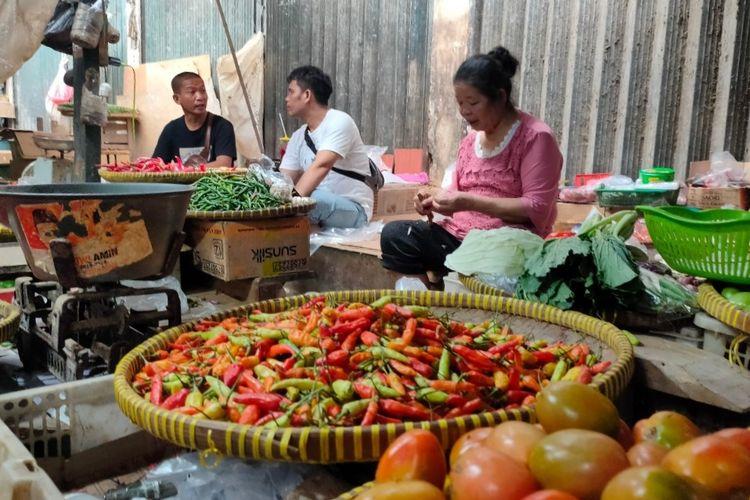 Pedagang sayuran di Pasar Cimanggis, Tangerang Selatan keluhkan kenaikan harga cabai rawit merah, Senin (1/3/2021)