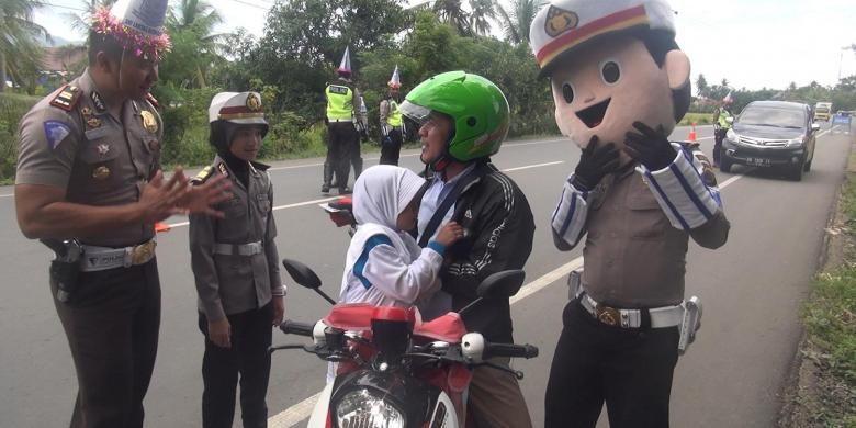 Polisi Lalu Lintas Aceh Besar bersama polisi cilik dan badu polis member pemahaman kepada pengguna jalan untuk melengkapi sayarat berkendaraan seperti enggunakan helm bagi penumpang yang dibonceg termasuk anak-anak, dalam rangka peringatan HUT Lalulintas ke61 di jajaran Polres Aceh Besar, Rabu (21//2016)
