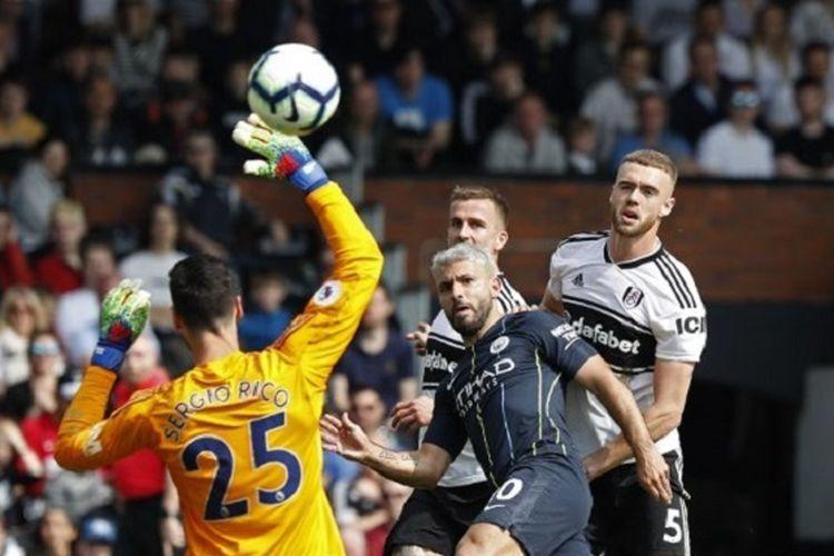 Sergio Rico gagal menepis tendangan Sergio Aguero pada pertandingan Fulham vs Manchester City di Stadion Craven Cottage dalam lanjutan Liga Inggris, 30 Maret 2019.
