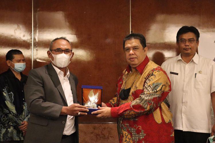Direktur Utama PT Jasa dan Kepariwisataaan (Jaswita) Jawa Barat (Jabar) Deni Nurdyana Hadimin saat meneken kerja sama bidang pariwisata dan umrah dengan Tourism Malaysia, Rabu (7/4/2021) malam.