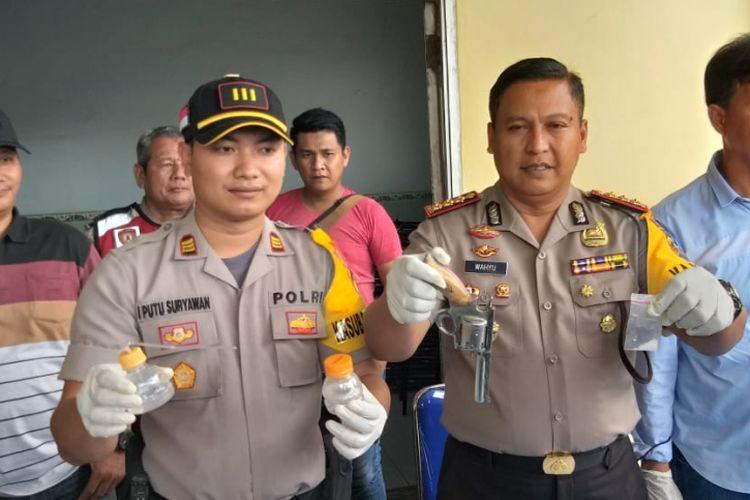 Kapolresta Palembang Kombes Pol Wahyu Bintono Hari Bawono menunjukkan barang bukti berupa satu senjata api rakitan yang didapatkan dari tersangka Arianto alias Ari Tomex (23), saat berada di rumah sakit Bhayangkara Palembang, Sumatera Selatan, Rabu (2/1/2019).