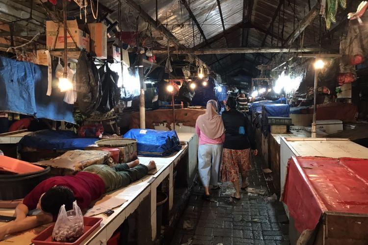 Sudut area penjual daging ayam di Pasar Minggu, Jakarta, Kamis (2/7/2020). Pedagang basah seperti daging-daging masih terlihat menggunakan kantong plastik sekali pakai.