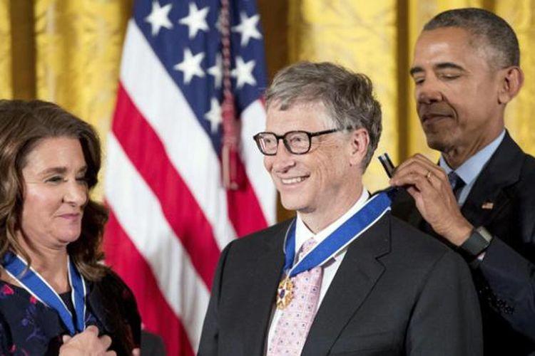 Pendiri Microsoft, Bill Gates beserta istrinya, Melinda, saat menerima penghargaan Medal of Freedom dari Presiden AS, Barack Obama, Selasa (22/11/2016).