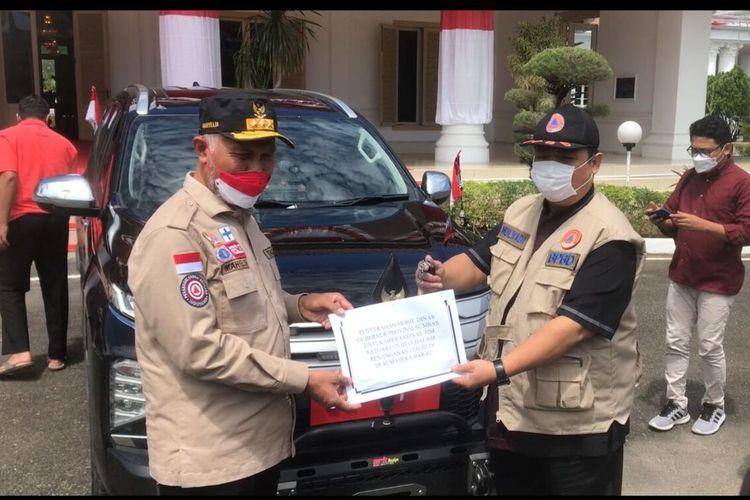 Gubernur Sumbar serahkan mobil dinas baru ke Tim Satgas Covid-19 Sumbar, Kamis (19/8/2021)