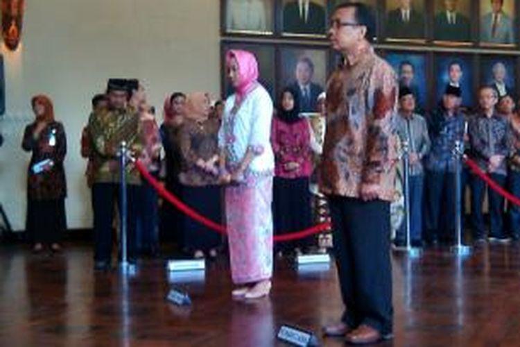 Dwikorita dan pratikno saat acara pelantikan rektor UGM di balai senat