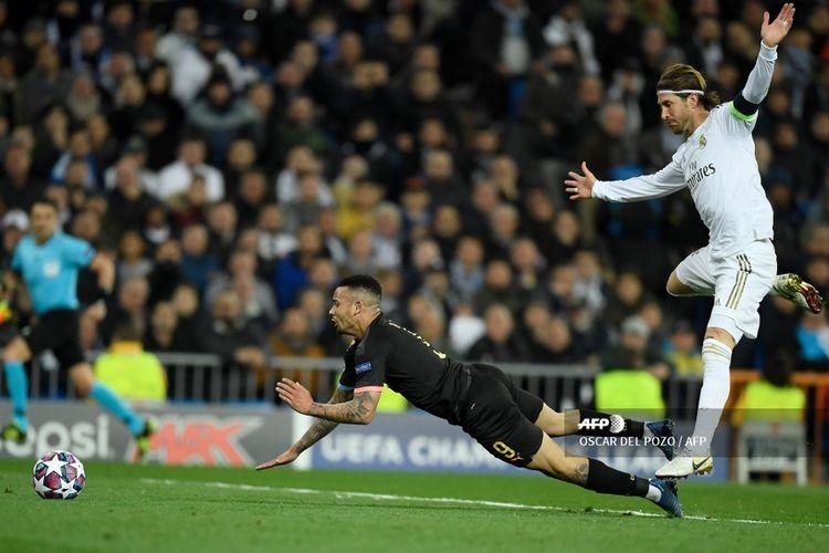 Bek Real Madrid, Sergio Ramos, melanggar penyerang Manchester City, Gabriel Jesus, pada laga leg pertama babak 16 besar Liga Champions di Santiago Bernabeu, Madrid, pada Kamis (27/2/2020) dini hari WIB.