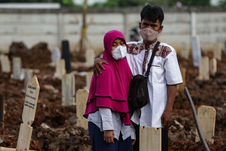 Suasana pemakaman jenazah Covid-19 di TPU Rorotan, Jakarta Utara, Kamis (24/6/2021). Dari tiga hektar lahan tempat pemakaman Covid-19, sudah terisi hingga 900 petak. Hingga siang petugas TPU Rorotan memakamkan tak kurang dari 50 jenazah Covid-19.