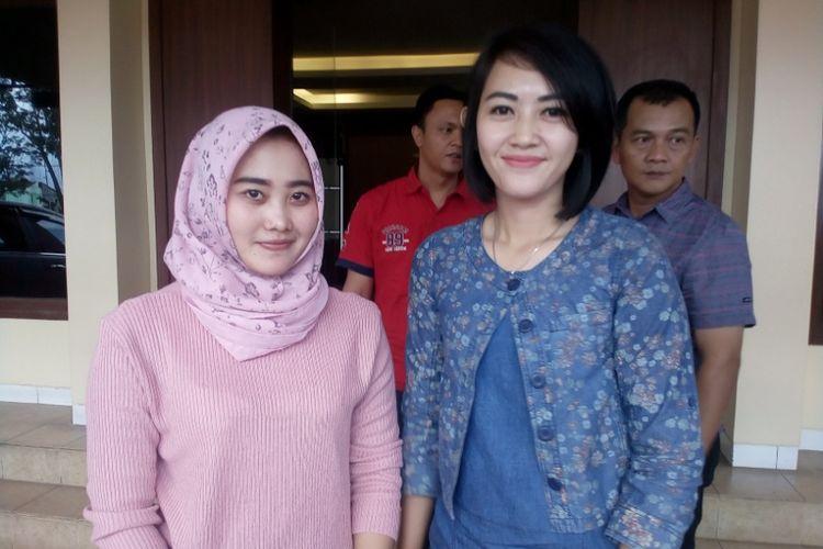Brigadir Popy (kanan) dan Bripda Fitria (berjilbab) dua polwan yang sempat menyamar sebagai PSK di Bali