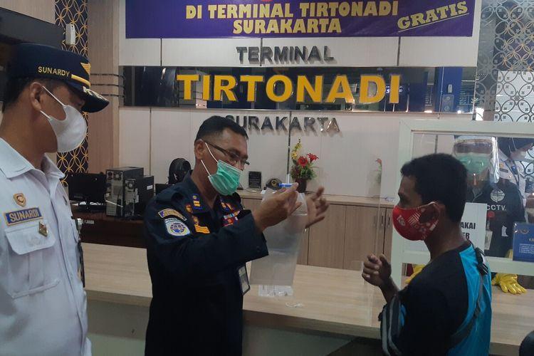 Seorang penumpang melakukan pemeriksaan GeNose di Terminal Tipe A Tirtonadi Solo, Jawa Tengah, Senin (12/4/2021).