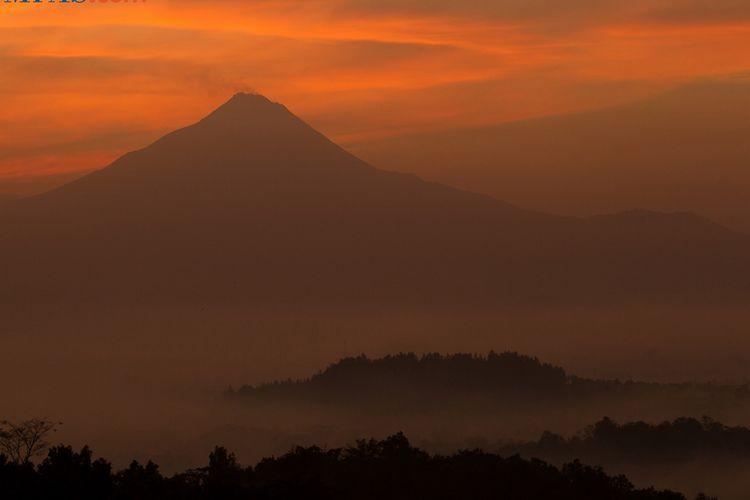 KEINDAHAN ALAM INDONESIA - Lanskap Gunung Merapi terlihat dari Punthuk Setumbu, Karangrejo, Magelang, Jawa Tengah, Sabtu (28/6/2014). Punthuk Setumbu merupakan nama sebuah bukit yang menjadi salah satu tempat terbaik untuk menyaksikan kemegahan Candi Borobudur dan Gunung Merapi saat matahari terbit.