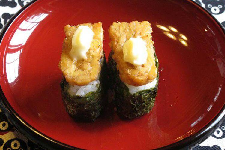 Sushi tempe, sedikit berbeda dengan sushi pada umumnya, hanya lapisan tempe menghiasi bagian atas sushi. Hidangan ini menjadi olahan tempe yang cukup banyak diminati di Jepang.