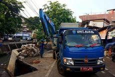 Jalan di Utan Kayu Ambles akibat Truk Bertonase Besar Parkir Lama