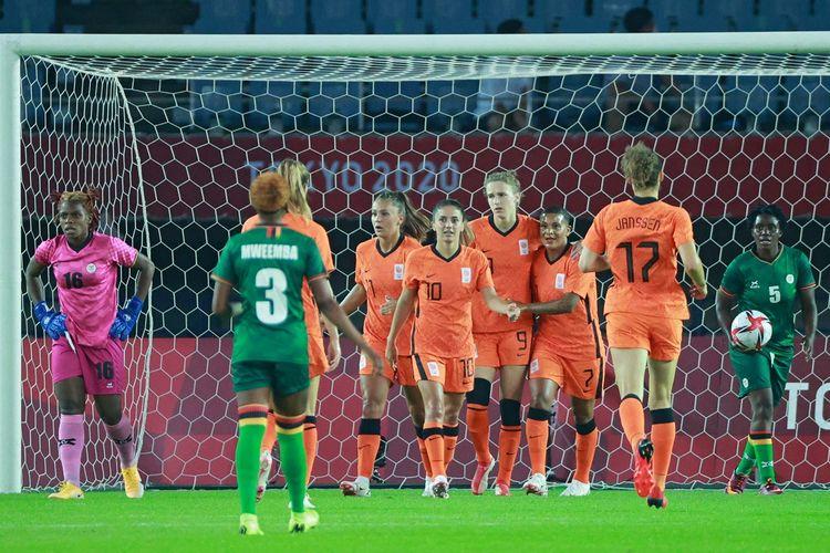 Penyerang timnas putri Belanda Vivianne Miedema (9) merayakan gol bersama rekan-rekannya pada laga pertama fase grup sepak bola putri Olimpiade Tokyo 2020 di Stadion Miyagi, Jepang, Rabu (21/7/2021) malam WIB.