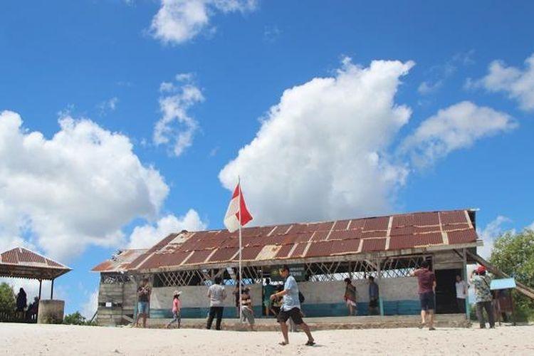 Wisatawan tengah berfoto dengan latar belakang Replika SD Laskar Pelangi yang terletak di Desa Lenggang, Kecamatan Gantung, Belitung Timur, Bangka Belitung, Selasa (8/3/2016).
