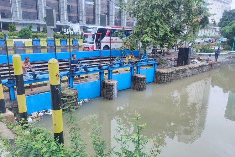 Debit air di Situ Besar Tangerang, Kota Tangerang, Banten meningkat hingga menyentuh angka 182 sentimeter karena intensitas hujan yang tinggi pada Selasa (16/2/2021).