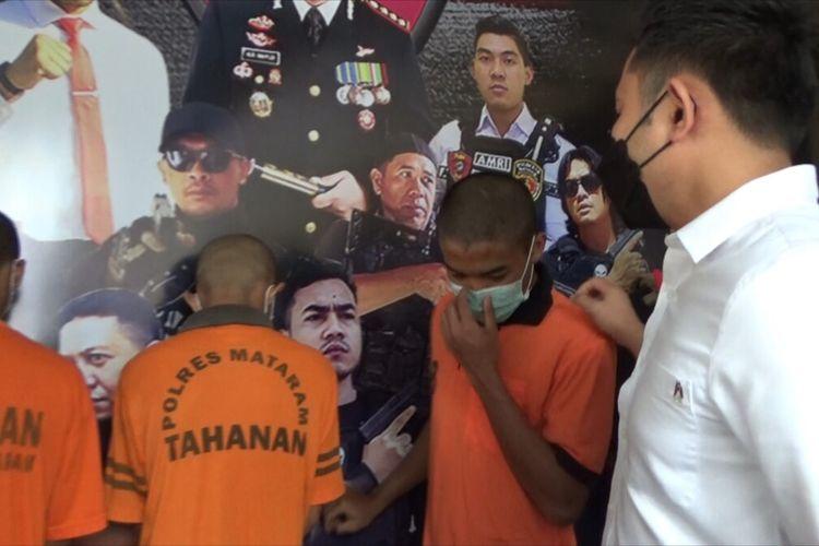 JY (20) (wajah tertutup masker) dengan baju tahanan Polre Kota Mataram, hanya bisa tertunduk setelah terta gkap mencuri di rumah warga di Rembiga, Kota Mataram. JY dan dua rekannya nekat mencuri karena ketagihan nyabu dan main game online.