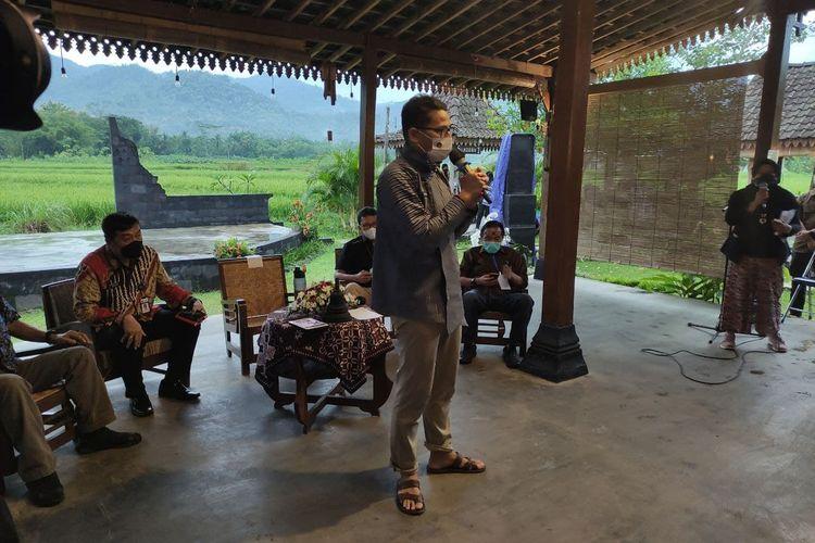 Menteri Pariwisata dan Ekonomi Kreatif (Menparekrar) Sandiaga Salahuddin Uno di Balai Ekonomi Desa (Balkondes) Karangrejo, Kecamatan Borobudur, Magelang, Jawa Tengah, Jumat (12/3/2021).