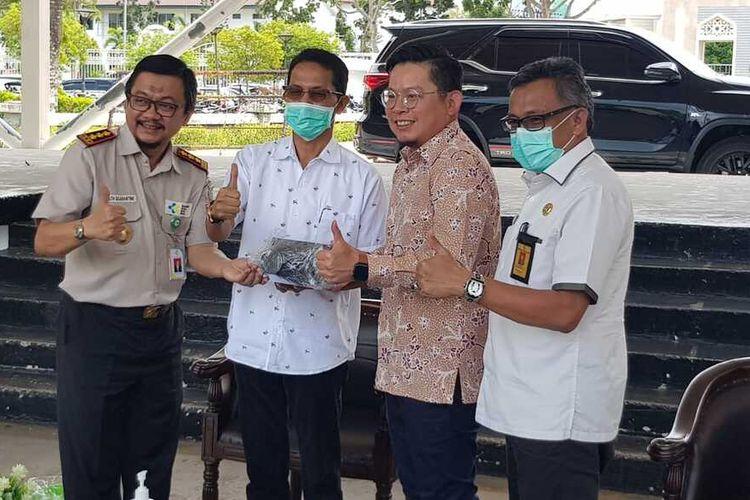 Pemerintah Kota (Pemkot) Batam kembali menerima bantuan dari Singapura untuk penanganan virus corona atau covid-19. Bantuan tersebut berupa empat unit thermal scanner atau pemindai suhu tubuh yang diserahkan ke Kantor Kesehatan Pelabuhan (KKP) Klas I Batam.