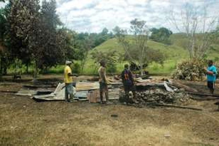 Salah satu dari 15 rumah Warga di Kampung Putali yang terbakar dalam konflik pada Senin (22/8/2016) lalu.