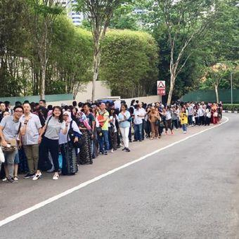 Warga Negara Indonesia berbondong-bondong mengantri untuk mencoblos di Kedutaan Besar Republik Indonesia (KBRI) di Singapura, Minggu (14/04)