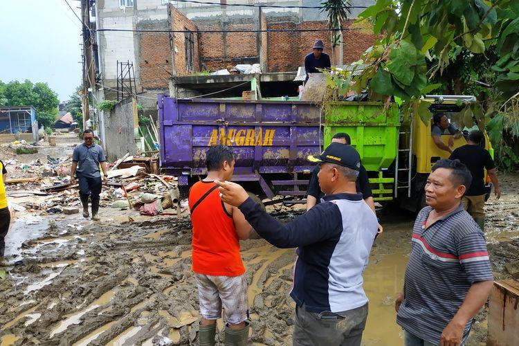 Wali Kota Bekasi, Rahmat Effendi (bertopi) di tengah lumpur yang menggenangi perumahan warga Kemang Ifi, Jatiasih, Senin (6/1/2020).