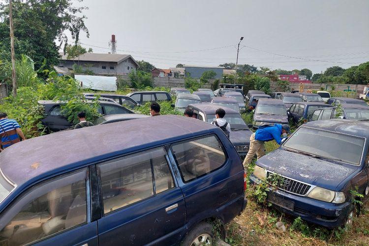 Kuburan mobil yang terletak di belakang kantor Dinas Perhubungan (Dishub) Kota Tangerang. Foto ini diambil pada Senin (11/10/2021) sore..