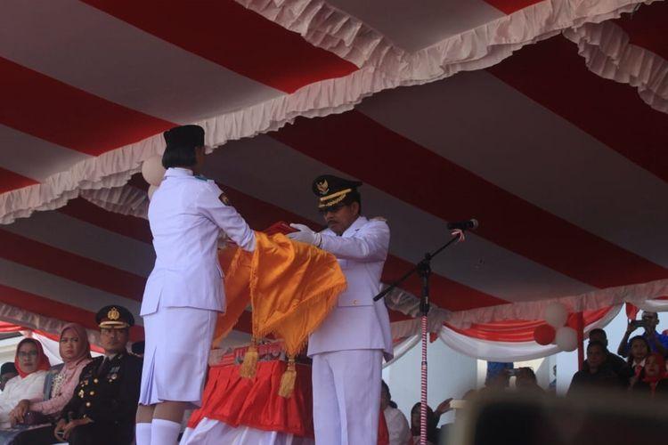 Bupati Kabupaten Seram Bagian Barat, Maluku Muhamad Yasin Payapo saat menjadi sinpektur upcara pada upacara HUT ke74 kemerdekaan RI di Piru, Sabtu (17/8/2019)