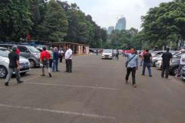 Sejumlah sopir taksi online yang hendak melakukan aksi unjuk rasa saat berkumpul di area parkir Sekertaria POSSI, Senayan pada Senin (22/8/2016).