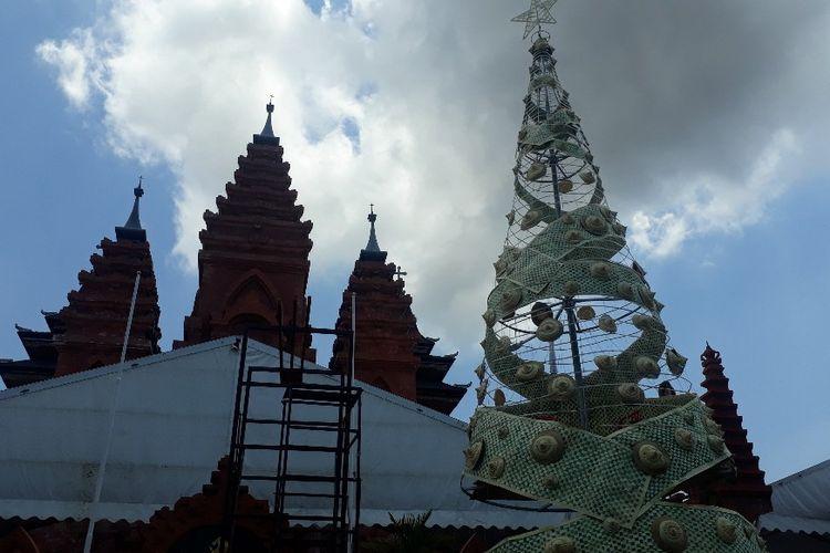 Pohon natal terbuat dari anyaman daun lontar di Denpasar, Bali, Sabtu (21/12/2019)