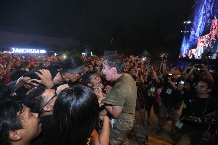 Band Classic Punk Dead Kennedys beraksi saat tampil di acara Hammersonic Jakarta International Metal Festival 2018, Marina Ancol, Jakarta Utara, Minggu (22/7/2018). Hammersonic festival kali ini mengusung tema Metalveva Jayamahe, yang artinya (dalam metal kita bersatu), Sejumlah band metal dan punk meramaikan acara ini diantaranya In Flames,  Escape  The Fate, Forgotten, Dead Kennedys, Koil dan lain-lain.