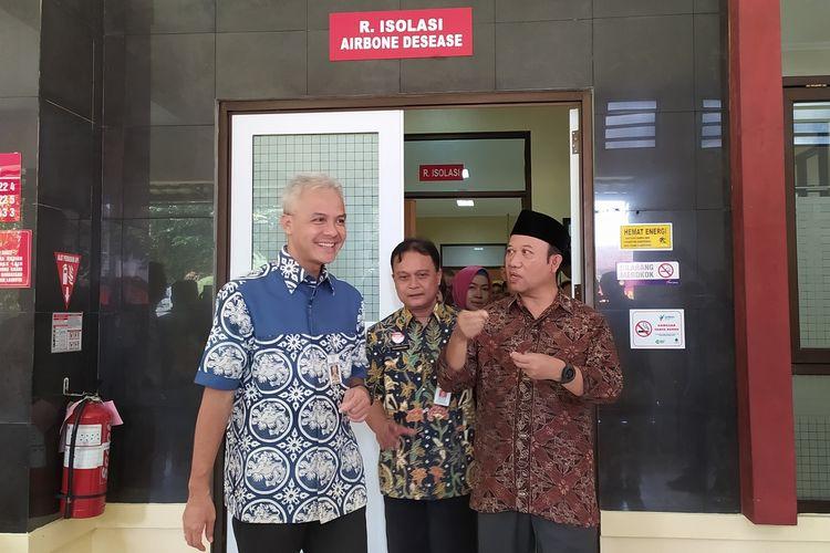 Gubernur Jawa Tengah Ganjar Pranowo mengecek ruang isolasi di RSUD Margono Soekarjo, Jawa Tengah, Jumat (6/3/2020).