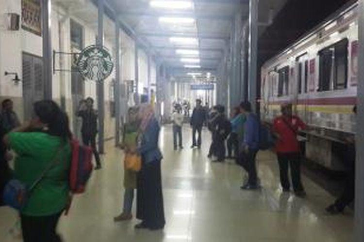 Puluhan penumpang tujuan Bogor masih terlantar di Stasiun Manggarai, Senin (15/6/2015) dini hari