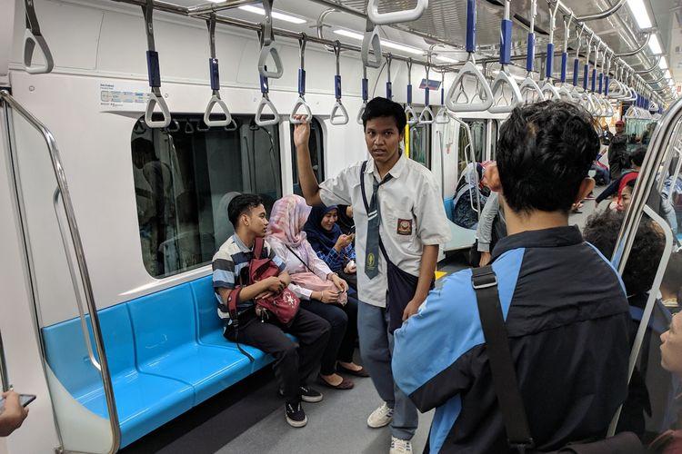 Para pelajar sekolah yang ikut menjajal MRT Jakarta