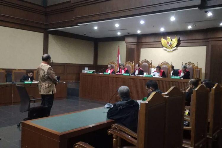 Mantan Direktur Utama PT Asuransi Jasa Indonesia (Jasindo) Budi Tjahjono divonis 7 tahun penjara dan denda Rp 300 juta subsider 3 bulan kurungan oleh majelis hakim pada Pengadilan Tipikor Jakarta, Rabu (10/4/2019).