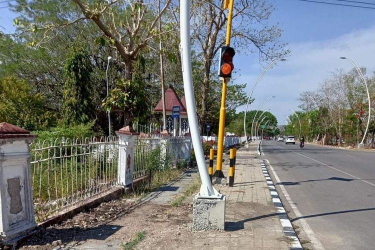 Pemerintah Kota Kupang Bangun Penerang Jalan Umum di atas trotoar Jalan El Tari, Kupang.