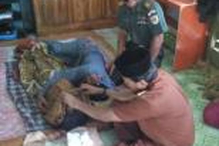 Orangtua korban tengah histeris memeluk jasad putrinya yang tewas tertimpa tembok kantin sekolah dasar (SD) di Kabupaten Bone, Sulawesi Selatan. Selasa, (05/01/2016).