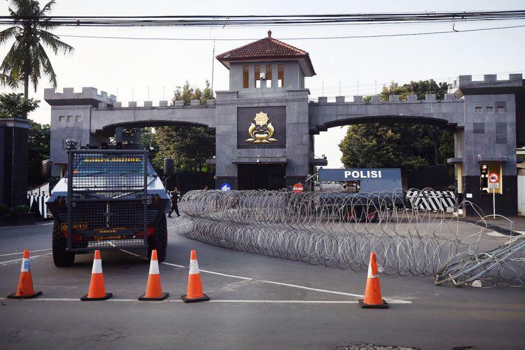 Anggota kepolisian melakukan pengamanan Mako Brimob Kelapa Dua pasca bentrok antara petugas dengan tahanan di Depok, Jawa Barat, Rabu (9/5/2018).