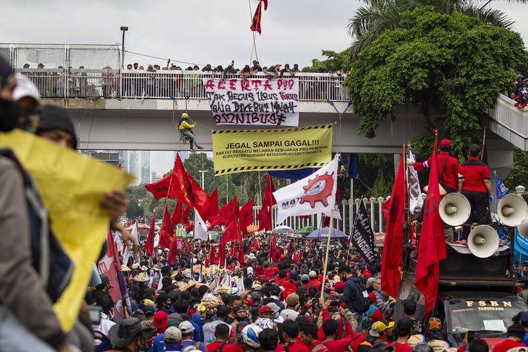 Massa dari berbagai elemen melakukan unjuk rasa di depan Gedung DPR, Senayan, Jakarta, Kamis (16/7/2020). Aksi yang dihadiri oleh buruh dan mahasiswa itu menuntut DPR untuk menghentikan pembahasan Omnibus Law RUU Cipta Kerja. ANTARA FOTO/Dhemas Reviyanto/aww.