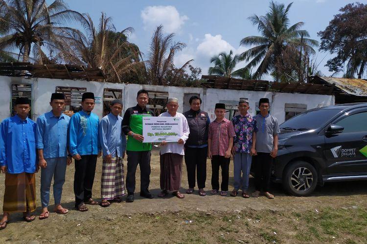 Tim Dompet Dhuafa Riau memberikan bantuan renovasi Pondok Pesantren Miftahul Muaarif yang terbakar. Bantuan diterima langusng oleh pimpinan pondok pesantren.