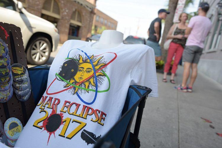 Sebuah kaus bergambar gerhana matahari total dijajakan di pinggir jalan dekat pasar di KotaCharleston, South Carolina, Minggu (20/8/2017).