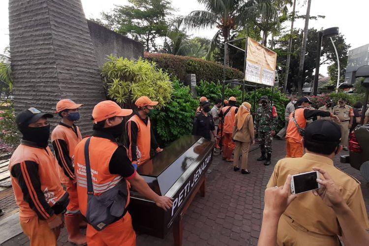 Peti mati diletakkan di Taman Ayodya, Kebayoran Baru, Jakarta pada Selasa (1/9/2020) sore.